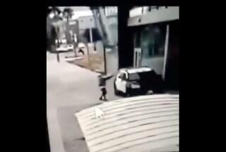 Los Angeles, uomo si avvicina all'auto della polizia e spara all'impazzata: 2 agenti in fin di vita