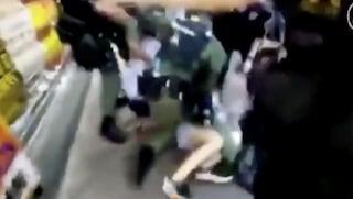 Hong Kong, 12enne spinta a terra dai poliziotti, immobilizzata e arrestata: è bufera