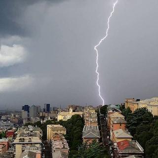 Tempesta su Genova: lavatrice va a fuoco in casa dopo un fulmine, residenti sfollati