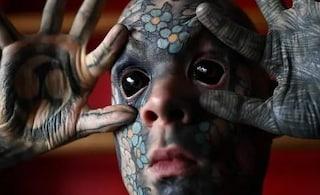 """L'uomo più tatuato di Francia è un prof: """"Mi discriminano: ora non posso più insegnare ai bimbi"""""""