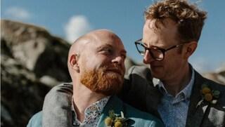 """L'hashtag suprematista """"rubato"""" dai gay per condividere foto di coppia: """"Combattiamo odio con amore"""""""