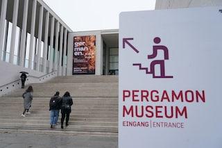 """Opere d'arte sfregiate a Berlino: """"Museo trono di satanisti e criminali del Coronavirus"""""""