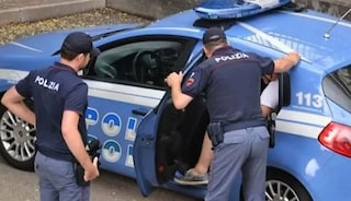 Trovate senza patente, tre amiche picchiano poliziotti: fratture per due agenti, quattro arresti