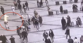 """Paura in strada in Russia, uomo si dà fuoco tra i passanti e urla """"Buon compleanno Putin"""""""