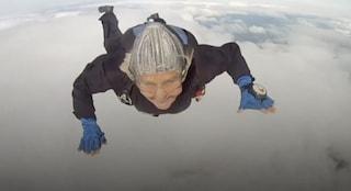 Addio a Dilys Price, morta a 88 anni la paracadutista più anziana del mondo