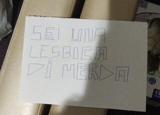 """Omofobia, le scrivono """"Sei una lesbica di m"""": la denuncia di una parrucchiera di Torino"""