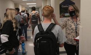 """L'università: """"Studenti si fanno infettare di proposito dal Covid per vendere il plasma a 200 dollari"""""""