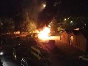 """Asti, 17enne incendia auto in strada: """"Non sapevo cosa fare, mi annoiavo"""". Arrestato"""