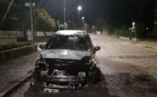 Usciva di notte e incendiava auto e pullman parcheggiati in strada: 16enne arrestato ad Asti