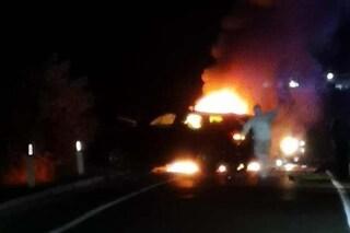 Incidente Ss96 Bari, scontro frontale tra auto: morti carbonizzati due ragazzi di 17 e 20 anni