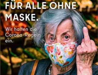 Berlino, dito medio contro chi non usa la mascherina. La campagna pubblicitaria fa discutere