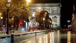 Francia in lockdown per covid da stasera: attività solo entro un km da casa ma scuole aperte