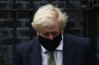 Regno Unito, i contagi aumentano: ecco le nuove restrizioni decise da Boris Johnson