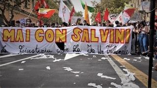 """Gregoretti, bruciata dai manifestanti la bandiera della Lega: """"Salvini condannato da storia"""""""