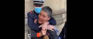 Firenze, fermata dalla polizia perché non ha la mascherina: ora chiede la sospensione degli agenti