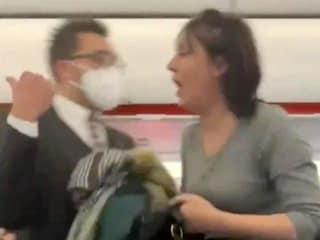 """Coronavirus, passeggera negazionista tossisce sui passeggeri dell'aereo: """"Morirete tutti"""""""