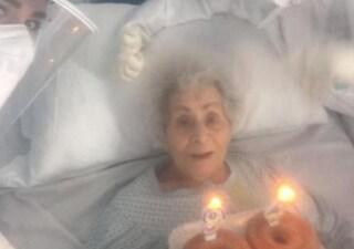 Ricoverata per covid a 94 anni, per il compleanno di nonna Angela torta e candeline dai sanitari