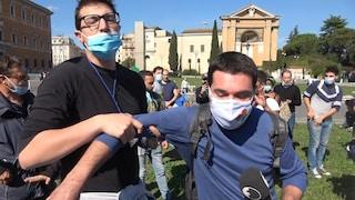 """Coronavirus, negazionisti contro giornalista di Fanpage.it: """"Mi hanno anche tossito addosso"""""""