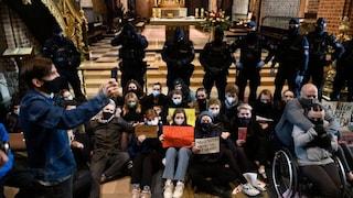 Polonia, manifestanti entrano nelle chiese per protestare contro la stretta sull'aborto