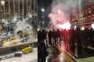 Proteste da Nord a Sud contro il nuovo Dpcm, bombe carta e negozi saccheggiati: decine i fermati