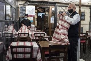 Bar e ristoranti, cosa è la 'regola del quattro': chi può sedersi al tavolo e chi no
