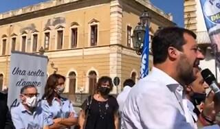 Salvini sul palco di Augusta senza mascherina non rispetta l'ordinanza della regione Sicilia