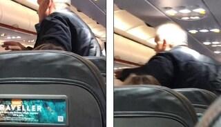 """""""La mascherina fa male"""" e si rifiuta di indossarla in aereo, la moglie si alza e lo schiaffeggia"""