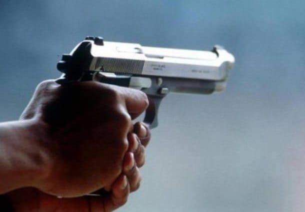 Sparatoria al centro commerciale: litiga e spara quattro colpi di pistola,  un ferito grave