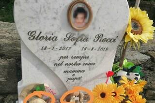 """Rubano peluche sulla tomba di una bimba morta a 2 anni. La madre: """"Disgustata, non è la prima volta"""""""