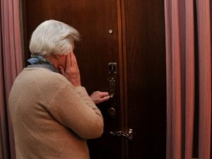 """""""Sua figlia ha il Covid"""", ma l'anziana non ci casca, attira la truffatrice in casa e la fa arrestare"""