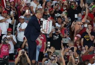"""Primo comizio di Trump dopo il Coronavirus, lancia la mascherina e urla: """"Adesso scendo e vi bacio"""""""