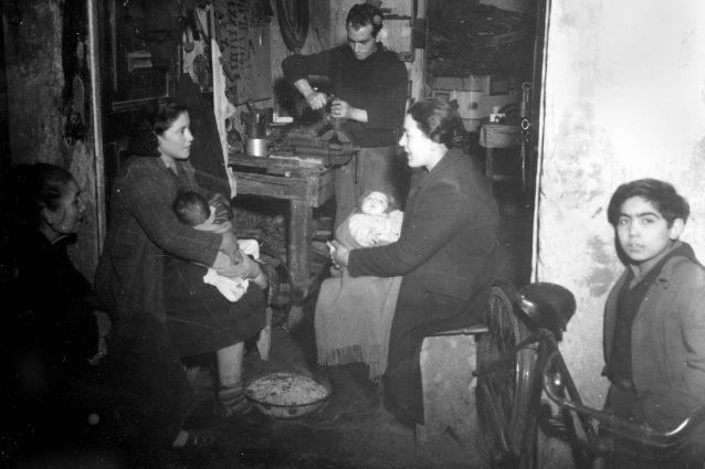 Scene di miseria quotidiana a Napoli negli anni Quaranta (Lapresse)