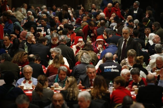 Pranzo di Natale con i poveri nel 2015 (Lapresse)