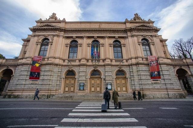 La facciata del teatro prima del restauro