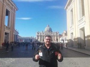 """Pedofilia nella Chiesa, la storia di Arturo: """"Il parroco che mi ha violentato continua a dire messa"""""""