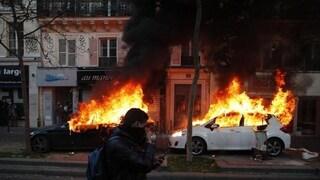 Parigi, scontri alla manifestazione contro lo stop ai filmati della polizia in servizio