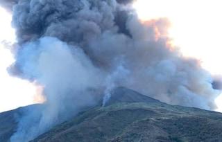Stromboli, forte esplosione dal cratere: nube nera e pioggia di cenere sull'isola