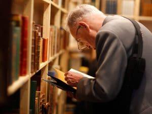 Foto di repertorio di anziano in libreria