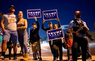 Elezioni Usa 2020, manifestanti pro Trump protestano armati davanti ai seggi