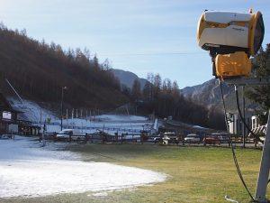 """Natale senza sci, ma a Bardonecchia si spara la neve: """"Andranno a sciare in Svizzera o Austria"""""""