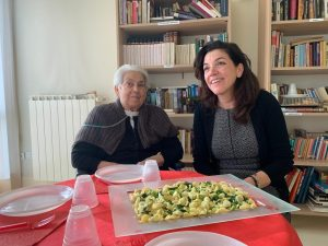 Ivana e la signora Maria Giacinta nel Natale del 2019 davanti a un piatto di orecchiette