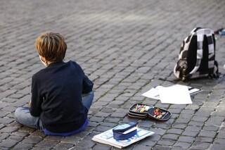 """""""Docce fredde e schiaffi"""", bimbo di 8 anni tolto ai genitori affidatari dopo 4 anni: """"Tutto falso"""""""