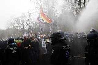 Germania, scontri tra manifestanti e polizia a Berlino contro le norme anticovid: cariche a arresti