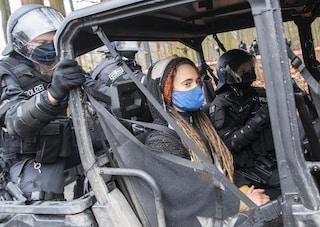 Carola Rackete arrestata in Germania: protestava contro l'abbattimento di alberi
