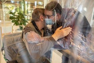 Veneto, la casa di cura per anziani dove si possono abbracciare i propri cari attraverso la plastica