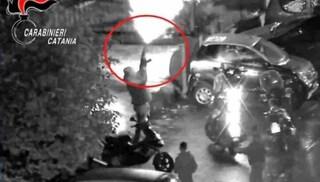 Sgominate 12 piazze di spaccio a Catania: raffiche di Kalashnikov in strada per mostrare la forza