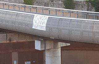 """""""Forza nonna, ti aspettiamo"""": lo striscione appeso davanti all'ospedale covid di Firenze"""