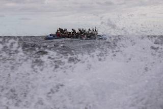 Migranti, barcone con 31 persone si ribalta al largo di Lampedusa: non ci sono vittime