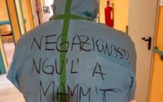 Medico sfida i negazionisti covid e si presenta in ospedale con scritta choc sulla tuta