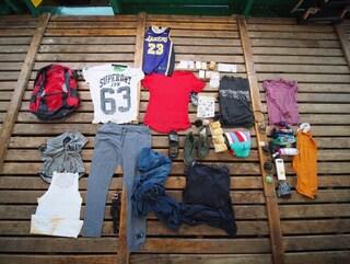 Gli oggetti ritrovati in uno zaino su un barchino di migranti affogati nel Mediterraneo